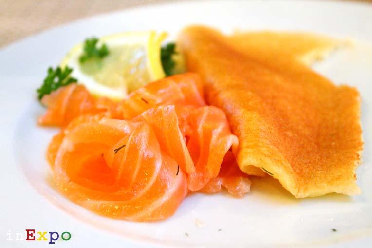 Salmone marinato con blinis al ristorante russo in Expo