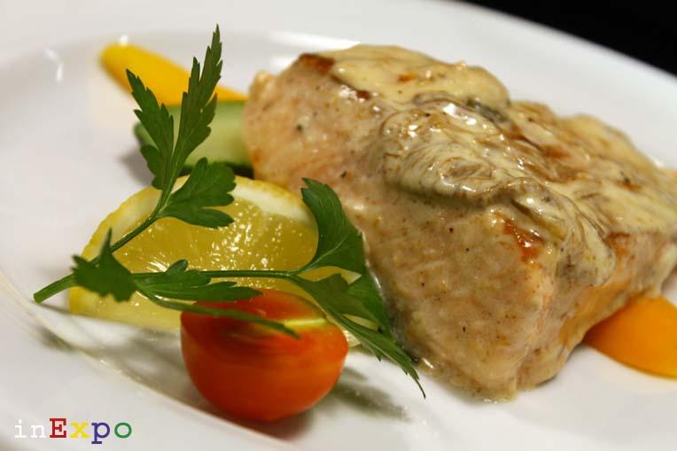 Filetto di pesce in crema di funghi porcini con cipolla ristorante polacco in Expo