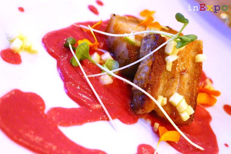 Tocino de cerdo con crema de remolacha y enebro ristorante Bésame Mucho in Expo