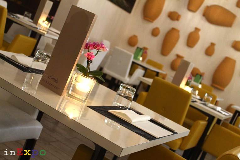 tavoli interni ristorante omanita in Expo