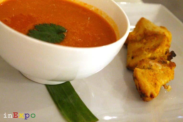 Zuppa speziata di lenticchie rosse e spiedino di pollo ristorante omanita in Expo