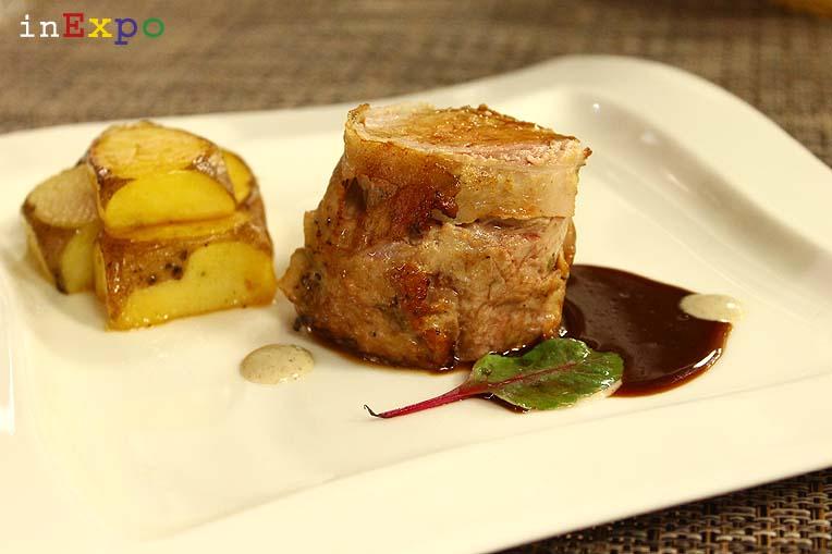 Filetto di maiale con crema ai funghi e cubi di patate ristorante della Bielorussia in Expo