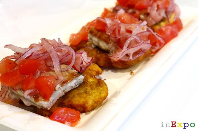 Patacones con filete di atún sellado ristorante ecuadoregno in Expo